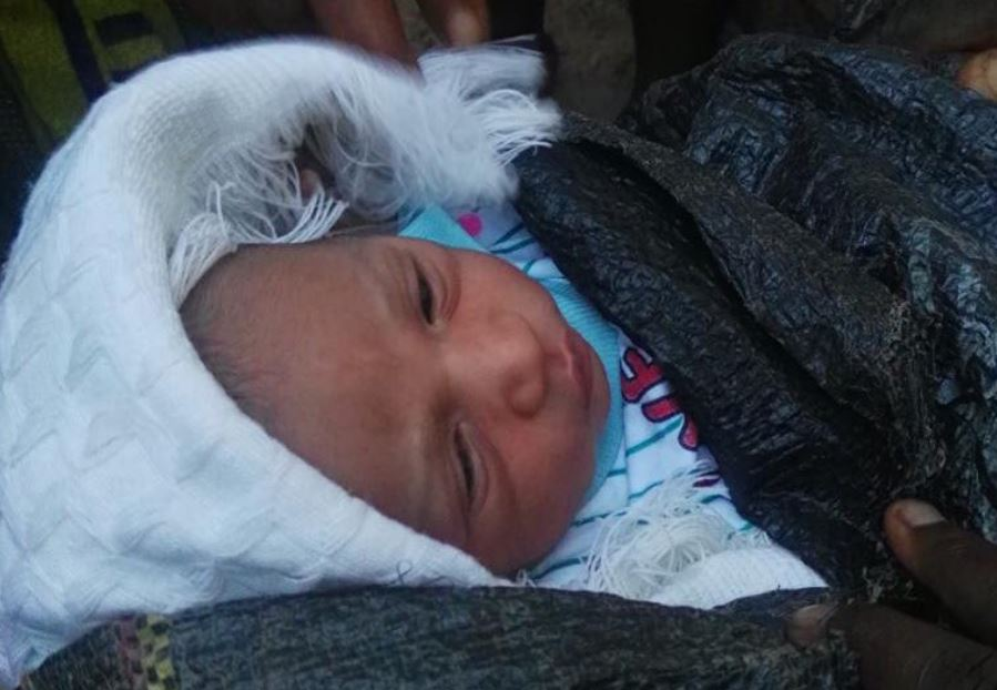 Abandoned Newborn baby found in a sack in Akure, Ondo State (photo)